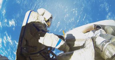Astronot uzay yürüyüşünde ay düşürdü.